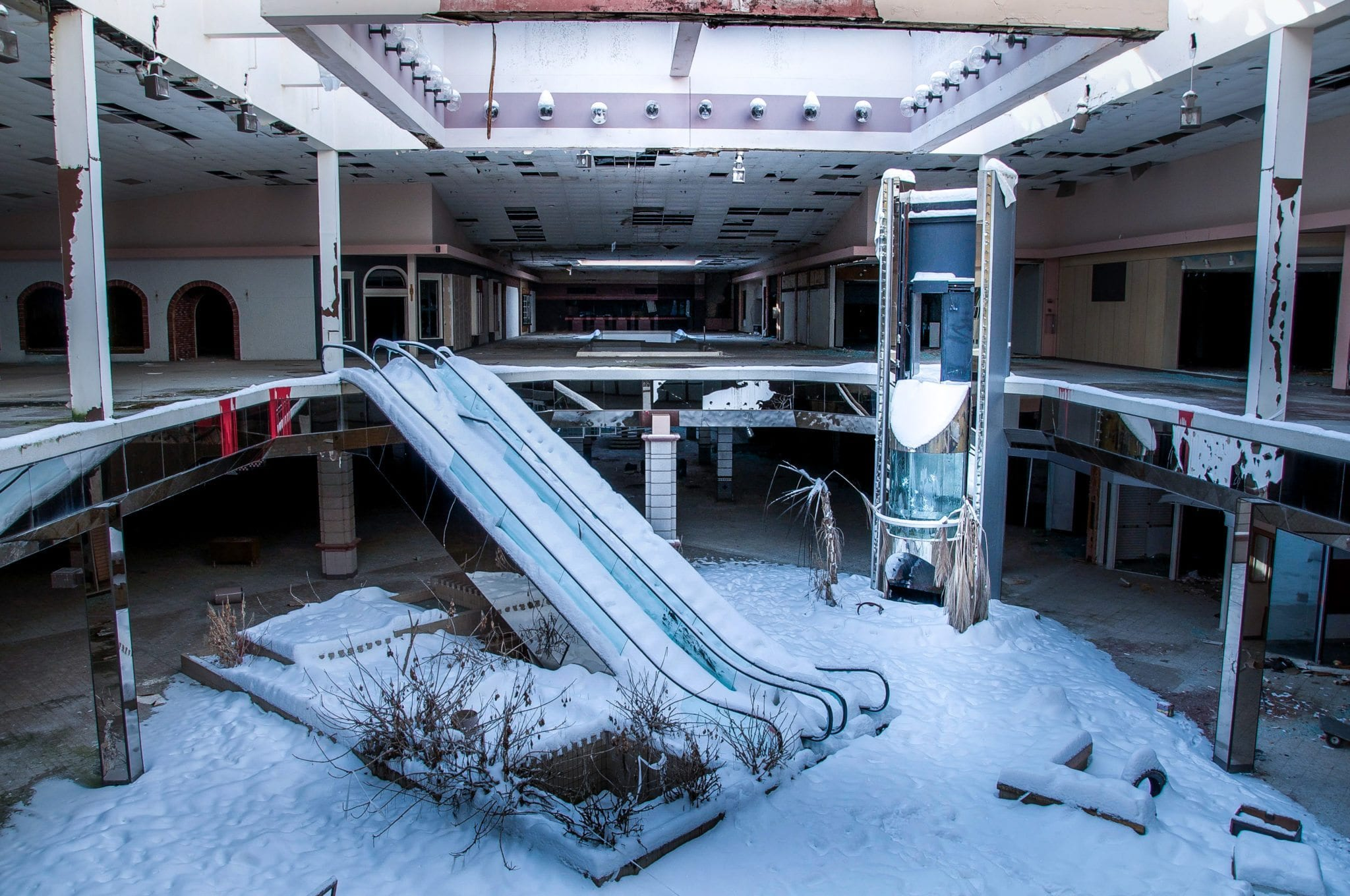 38 Bleak Photos of Abandoned shopping malls pictures